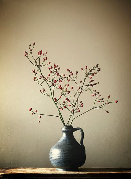 Blaue Vase mit Beeren von Karin Bazuin