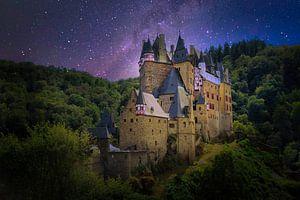 Burg Eltz met een sterrenhemel van Mariska Asmus