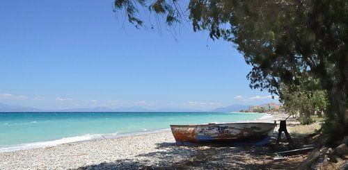 Verlaten Vissersboot op het strand van