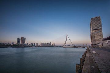 Erasmusbrug Rotterdam van Angela Worst