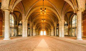 Tunnel sous le Rijksmuseum à Amsterdam pendant un jour de semaine calme, tôt le matin, avec la lumiè