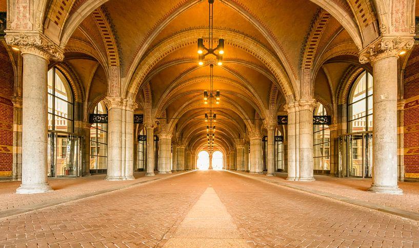 Tunnel sous le Rijksmuseum à Amsterdam pendant un jour de semaine calme, tôt le matin, avec la lumiè sur Sjoerd van der Wal