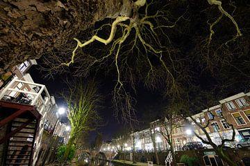 De Oudegracht met de Smeebrug op de achtergrond in Utrecht van Donker Utrecht