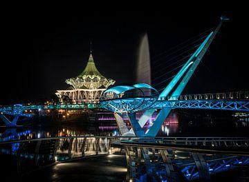 Nachtfoto van Darul Hana Brug over de Sarawak rivier te Kuching (Borneo) van Wolfgang Stollenwerk