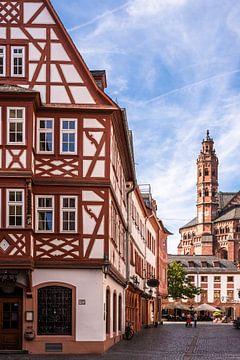 Fachwerkhaus und Dom in Altstadt Gasse von Mainz von Dieter Walther