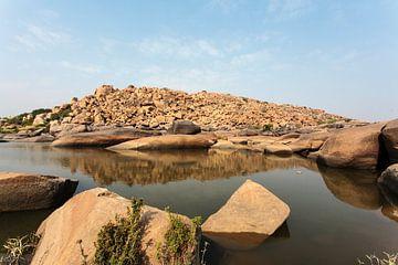 Grote rotsen bij het meer van Chakratirthain in Hampi, Karnataka, India van WorldWidePhotoWeb