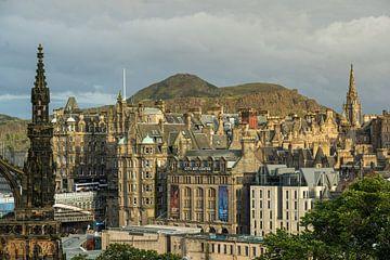 Blick über die Altstadt von Edinburgh und Arthurs Seat. von Thea.Photo