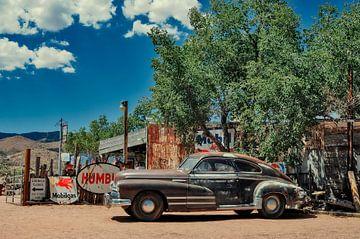 Vintage auto in Hackberry aan de route 66 in de Verenigde Staten. van Ron van der Stappen