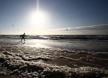 Eenzame surfer sur Thijs Schouten