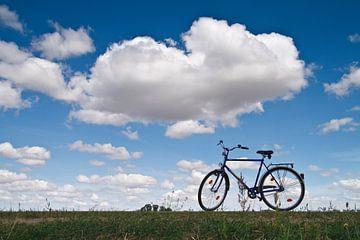 Bicycle on a dike van Rico Ködder