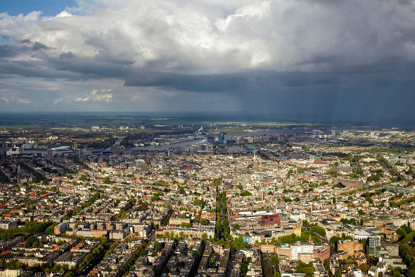Een regenbui hangt boven de grachtengordel van Amsterdam van Marco van Middelkoop