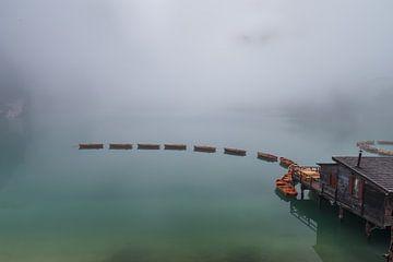 Lago di Braies in ochtendmist