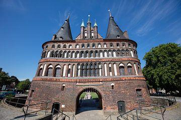 Stadspoort oude stad  Lübeck in Duitsland van Joost Adriaanse
