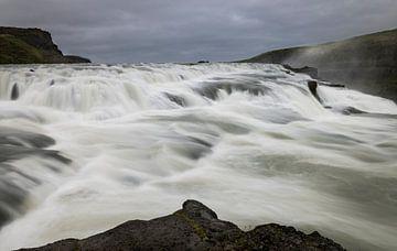 Gullfoss Waterval met bergen op IJsland van Daan Kloeg