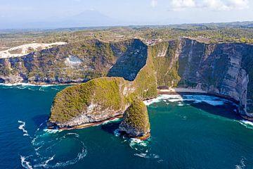 Luchtfoto van Kling King beach op Nusa Penida van Nisangha Masselink