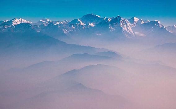 Ochtendnevel boven de bergen van de Himalaya, Nepal