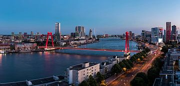 Rotterdam Willemsbrug blue hour van Midi010 Fotografie