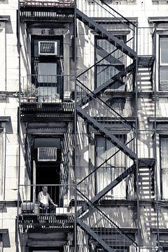 Man tussen brandtrappen Soho New York City  van Francisca Snel