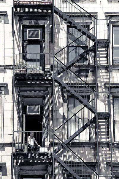 Man tussen brandtrappen Soho New York City  van Francisca Snel (Cissees)