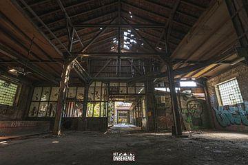 Verlaten fabriekshal. van Het Onbekende