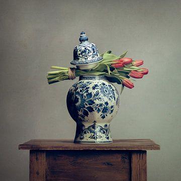 Holländische Tulpen in einer Delfter Blau Vase von Mariska Vereijken