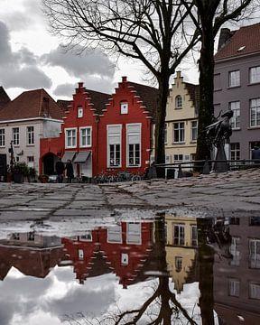 Reflectie van de historische panden in het centrum van Brugge, België von Kim de Been