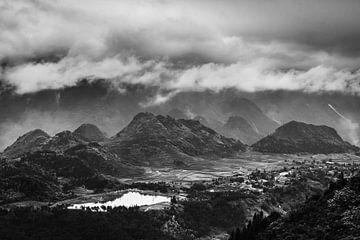 Des nuages dramatiques au-dessus des collines du Ha Giang Loop au Vietnam. sur Twan Bankers