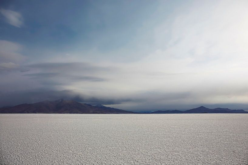 Prachtig uitzicht van Salar De Uyuni, Bolivia tegen een bewolkte hemel van Tjeerd Kruse
