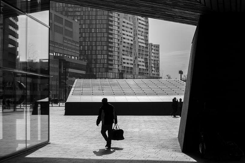 Reiziger naast Rotterdam Centraal van Mark De Rooij