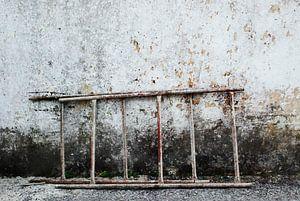 ladder tegen verweerde muur