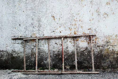 ladder tegen verweerde muur van