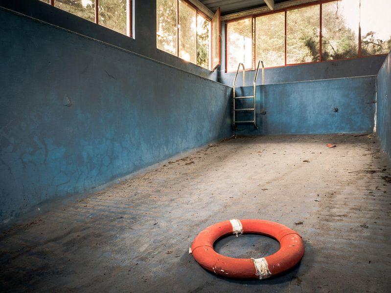 Schwimmbad in einer baufälligen Villa von Art By Dominic