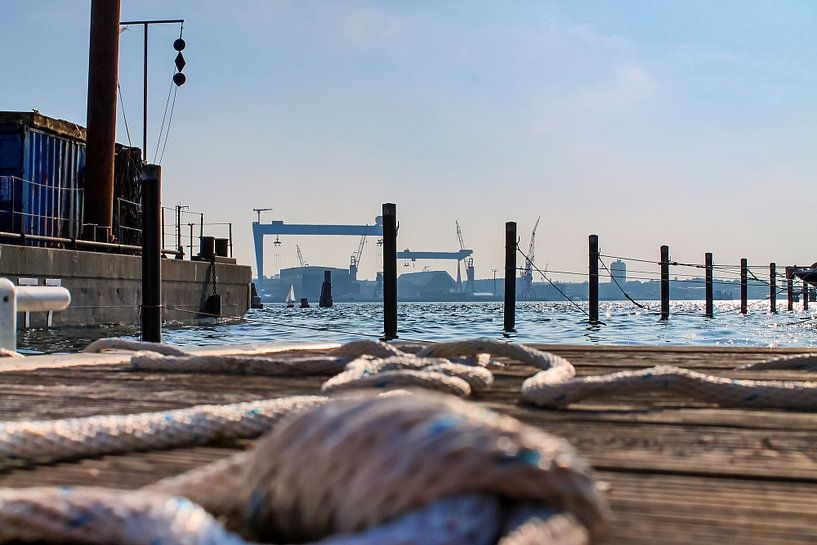 Bouwplaats in de haven van Kiel met zicht op de Baltische Zee van MPfoto71