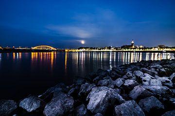 skyline van Nijmegen gezien vanaf het waal strand te Lent tijdens de nacht van Frank Dinnissen