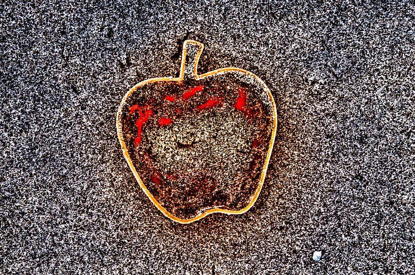 Apple on the Beach - Sand Pt III von Alex Hiemstra
