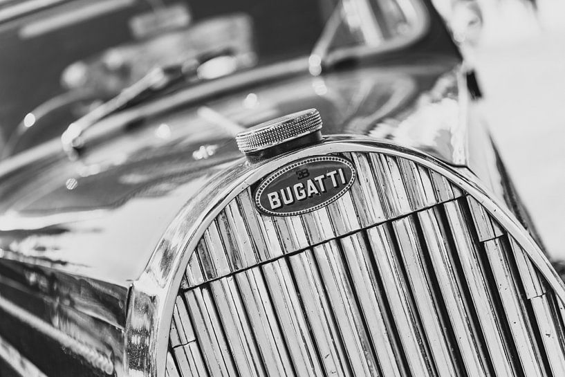 Bugatti Type 57 Berline classic car grille detail in zwart en wit van Sjoerd van der Wal