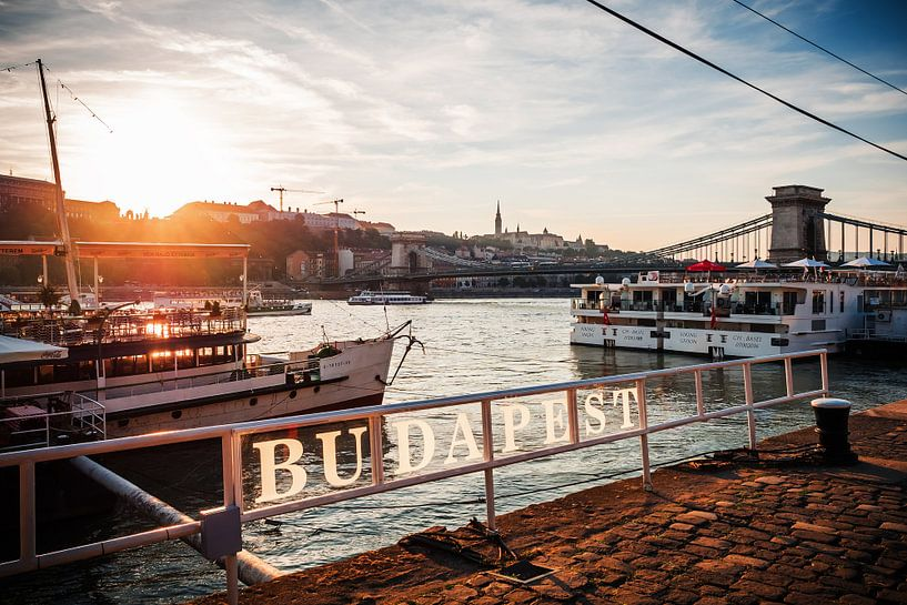 Budapest - Sunset at Chain Bridge van Alexander Voss