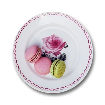 Un Macaron s'íl vous plaît sur une vieille assiette française sur Blond Beeld