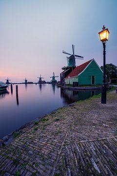 Windmolens, lantarenpaal en rondvaartboot bij Zaanse Schans van Michiel Dros