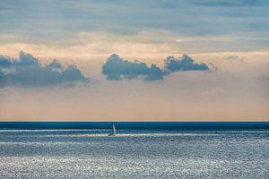 Zeilbootje op de oceaan in het vroege morgenlicht