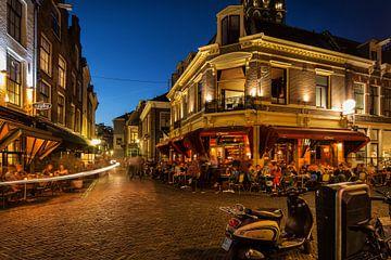 Straatfotografie in Utrecht. Het Wed in Utrecht in het avondlicht met volle terrassen (kleur) van