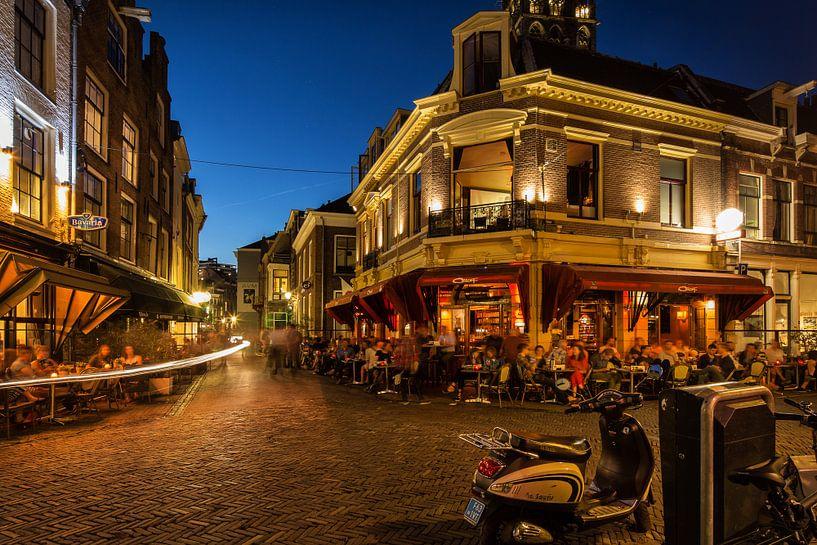 Straatfotografie in Utrecht. Het Wed in Utrecht in het avondlicht met volle terrassen (kleur) van De Utrechtse Grachten