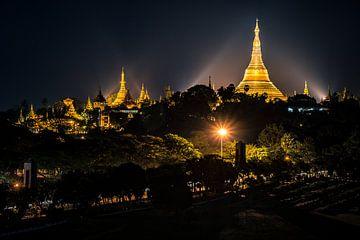 De Shwedagon pagode bij nacht, Yangon, Myanmar van Annemarie Arensen