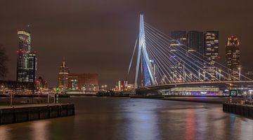 Le pont Erasmus et l'horizon de Rotterdam la nuit sur Arthur Scheltes