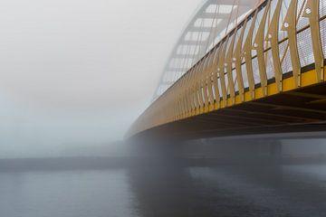 De gele brug in de mist van zeilstrafotografie.nl