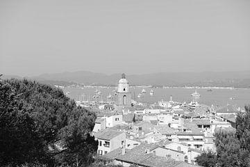Vue sur le village et l'église de Saint-Tropez sur Tom Vandenhende