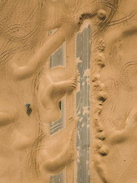 Verlassene Straße in der Wüste von Dubai