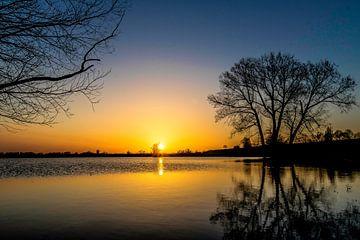 Sonnenuntergang in den Niederlanden am Wasser von Devlin Jacobs