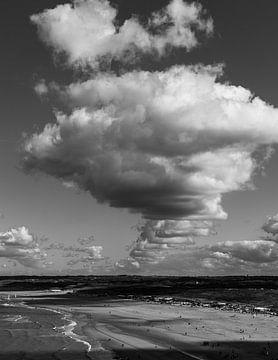 Wolkenlucht boven het strand van Scheveningen van DuFrank Images