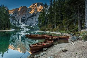 Roeiboten op het Braies Lake van Petra Leusmann